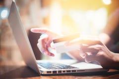 Online Winkelend Handen die creditcard houden en laptop met behulp van royalty-vrije stock afbeeldingen