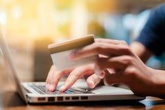 Online Winkelend Handen die creditcard houden en laptop met behulp van Stock Afbeeldingen