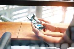 Online Winkelend Mens wat betreft mobiele het schermbetaling royalty-vrije stock fotografie
