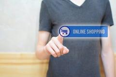 Online winkelend - mensenhand het drukken knoop stock afbeeldingen