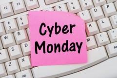 Online winkelend op Cyber-Maandag, computertoetsenbord en kleverig nr Stock Fotografie