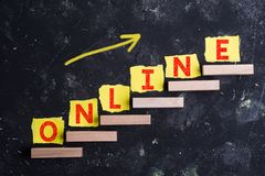 Online woord op stappen stock fotografie
