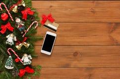 Online, zahlend für Weihnachtsdekorhintergrund lizenzfreie stockfotos