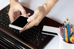 Online-Zahlung, man& x27; s-Hände unter Verwendung des intelligenten Telefons für on-line--shoppi Lizenzfreie Stockfotos