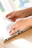 Online-Zahlung unter Verwendung des Laptops und der Kreditkarte Lizenzfreies Stockbild