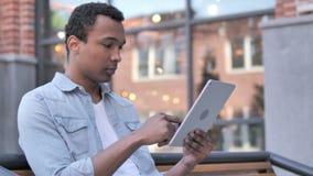 Online zakupy Afrykańskim mężczyzną na pastylce zbiory wideo