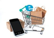Online zakupy na internecie używać mobilnego smartphone Zdjęcie Stock