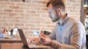 Online zakupy na laptopie młodym człowiekiem zbiory