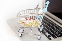 Online zakupy pojęcia pigułki obraz stock