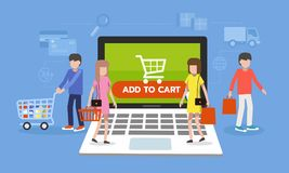 Online zakupy pojęcie, ludzie chodzi na laptopie z handel elektroniczny ikoną Zdjęcia Royalty Free