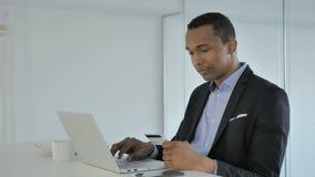 Online zakupy Przypadkowym amerykanina biznesmenem, Online zapłata przy pracą zdjęcie wideo