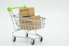 Online zakupy z wózek na zakupy i torba na zakupy doręczeniowymi zdjęcia stock