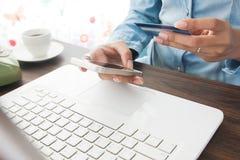 Online zapłata, robi zakupy online pojęcie Fotografia Stock