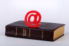 Onlinebibel auf weißem Hintergrund Stockbild