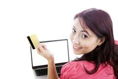 Onlineeinkaufen der glücklichen Frau Lizenzfreie Stockfotografie