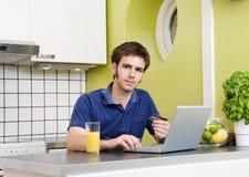 Onlineeinkaufen in der Küche lizenzfreie stockbilder