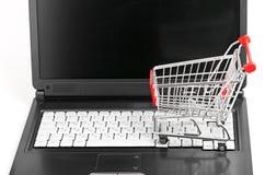 Onlineeinkaufen. Laufkatze auf Laptop Stockfoto