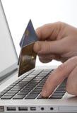 Onlineeinkaufen mit Kreditkarte Stockfoto