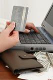 Onlineeinkaufen-oder zahlen Rechnungen Lizenzfreie Stockfotos