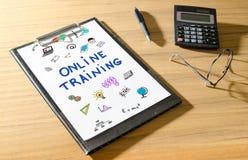 Onlinego szkolenia pojęcie na biurku Fotografia Royalty Free