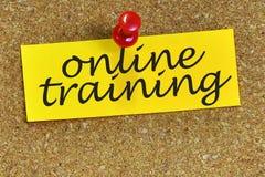 Onlinego szkolenia słowo na notepaper z korkowym tłem Obrazy Royalty Free
