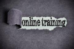 Onlinego szkolenia słowo pod poszarpanym czarnym cukieru papierem Zdjęcia Stock