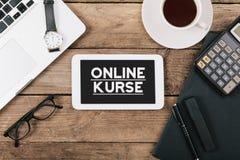 Onlinekurse tysk för online-kurser på skärmen av tabellcompuen arkivbilder