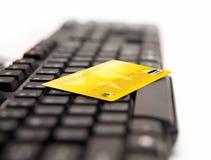 Onlinezahlung - Kreditkarten auf keybord lizenzfreies stockbild