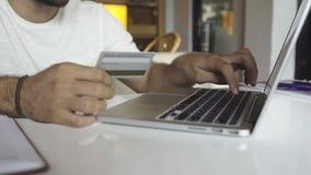 Onlinezahlung mit Kreditkarte stock footage