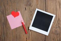 Onmiddellijke foto met leeg nota, potlood en hart Stock Foto