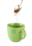 Onmiddellijke koffie en een mok die op wit wordt geïsoleerd stock afbeelding