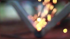 Onmiddellijke noedels in kom op houten achtergrond stock videobeelden