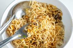Onmiddellijke noedels kruidige klaar aan eaton in de kom met vork en s stock afbeelding