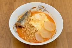 Onmiddellijke noedels met ei, radijs en sardine in ketchup Stock Foto's