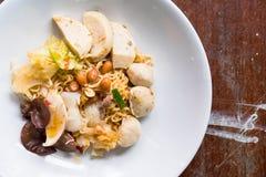 Onmiddellijke noedelsalade met zeevruchten en groente Stock Foto