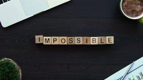 Onmogelijk tot mogelijk, hand die woord van kubussen, motivatie voor ontwikkeling zetten stock videobeelden