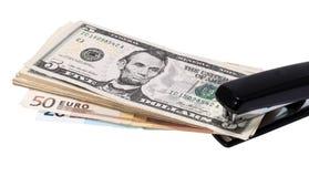 Onnecting Dollar und Euros des Hefters Stockbild