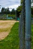 ono fechtuje się wzdłuż baseballa diamentu przy parkiem zdjęcie royalty free