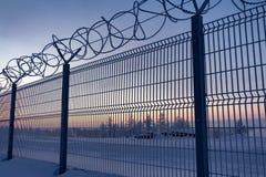 Ono fechtuje się z drutem kolczastym na granicie przedmiot przy świtem w zimie Norilsk zdjęcie stock