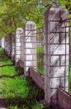 Ono fechtuje się od betonowych kolumn i metal kratownicy Fotografia Royalty Free