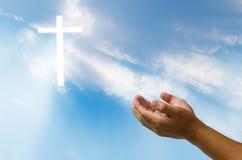 Ono modli się dla bóg ` s błogosławieństwa krzyża na naturalnym tle Zdjęcia Stock