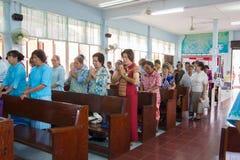 Ono modli się dla Tajlandzkiej królowej na Tajlandzkim Macierzystym dniu Obrazy Royalty Free
