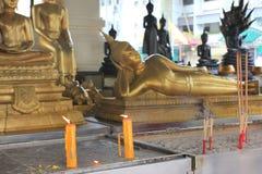 Ono modli się protestuje przy buddyjską świątynią i szczegóły, plenerową Obrazy Royalty Free