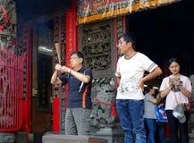 Ono modli się przy świątynią w Tajwan Zdjęcia Stock