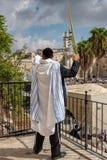 Ono modli się przy Jerozolimską ` s westernu ścianą zdjęcia royalty free