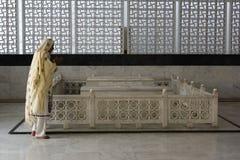 Ono modli się przy mauzoleumem Fotografia Royalty Free