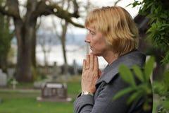 Ono modli się w cmentarzu dla nasi bliskich obrazy stock