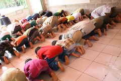 Ono modli się w islamu zdjęcia royalty free