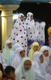 Ono modli się w meczecie Zdjęcia Stock