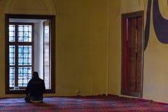 Ono modli się w meczecie Fotografia Stock